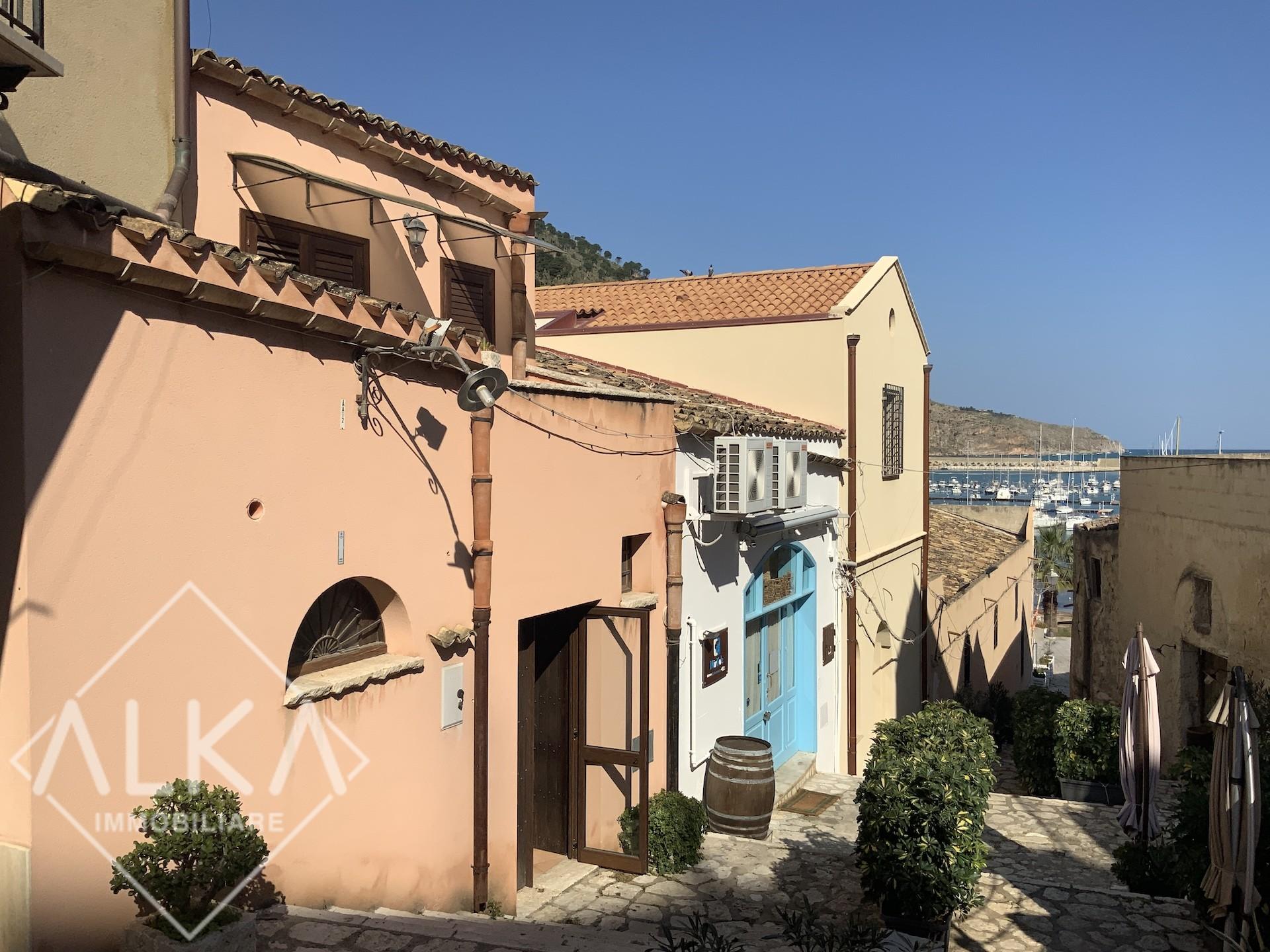 Vendesi casa a Castellammare del Golfo – sulla scalinata che conduce al porto turistico